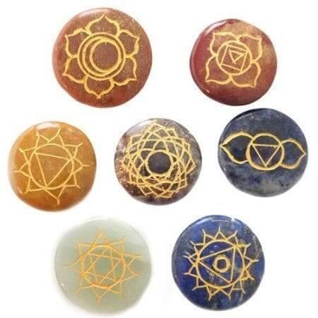 ensemble-de-7-pierres-rondes-dans-les-couleurs-des-chakras-dans-un-coffret-en-bois